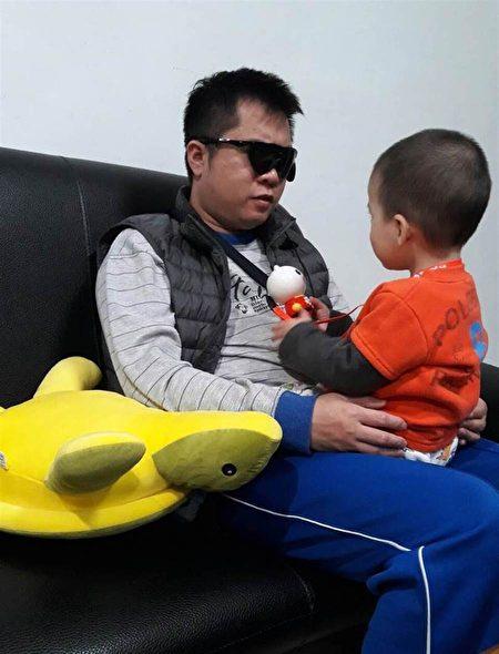 左先生接受電子眼植入手術,功能啟動的那一刻終於再次見到媽媽、也看到自己2歲大的兒子。