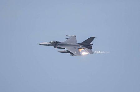 空軍F-16V戰機發射熱焰彈。