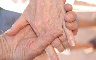 結縭62年 英國夫婦在醫院牽手訣別