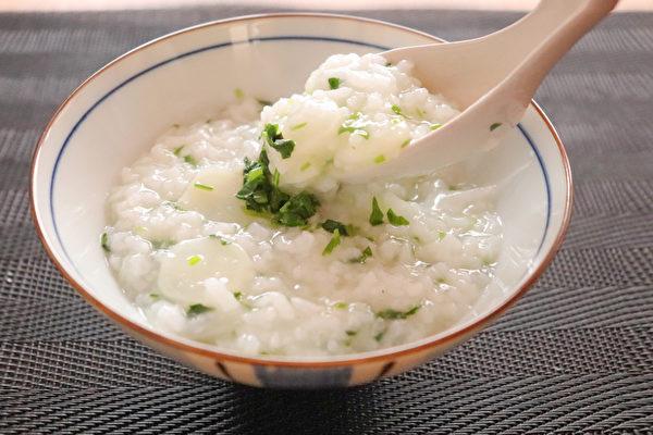 粥是很好的平補養生食饌,米粥不僅暖胃,生津效果又好。而葵菜粥、百合粉粥、菜粥、松子仁粥能也都是很適合霜降時節的平補。(Shutterstock)