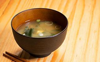 「長壽味增湯」不僅有助延緩老化,還有平衡自律神經、改善疲勞、抗憂鬱等益處。(Shutterstock)