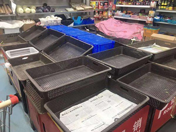 超市裏的菜被搶購一空。(網絡圖片)