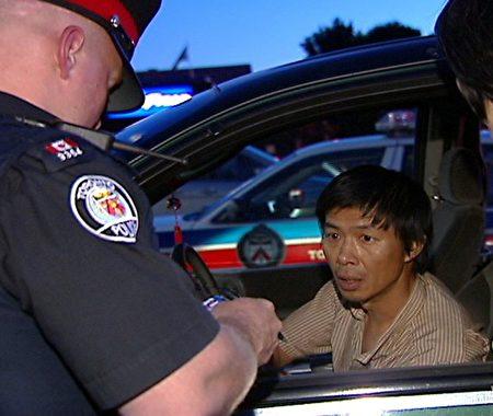2007年6月30日,多倫多警方查詢陸平,他在多倫多東北部的Asian Farm雜貨店發放Les Presses Chinoises發行的反法輪功小報。(NTDTV)