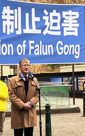 澳洲傳統家庭守護聯盟主席的弗利(Paul Folley)在悉尼法輪功學員反迫害21周年活動現場發言。(韓宇正/大紀元)