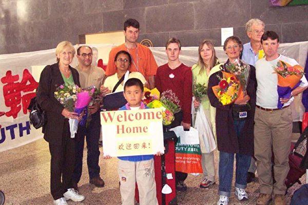 2002年3月9日,澳洲法輪功學員在天安門廣場抗議後回到墨爾本,在機場受到民眾熱烈歡迎。(明慧網)