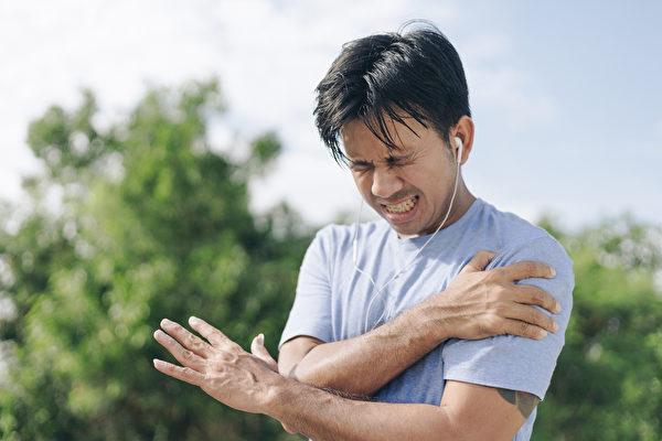 肩膀疼痛、僵硬,举不起来,可能是哪些疾病引起?(Shutterstock)