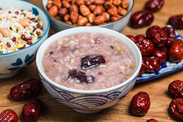 冬天喝臘八粥能滋陰補陽、補腎。(Shutterstock)