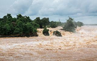 越南偏乡孩子为了上学 被塞进塑胶袋过河