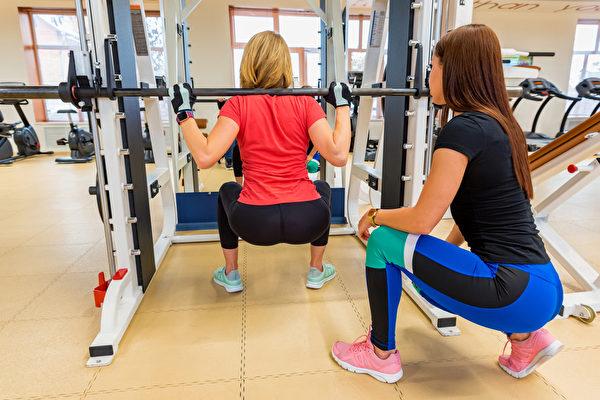 重訓有教練指導較安全。(Shutterstock)