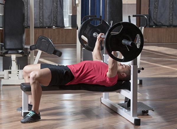 臥推可訓練手部往前推的力量。(Shutterstock)
