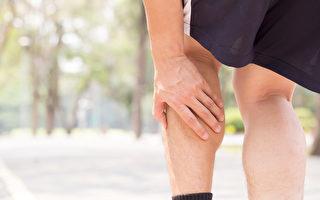拍打膝窝就能打通膀胱经,去湿气排毒。(Shutterstock)