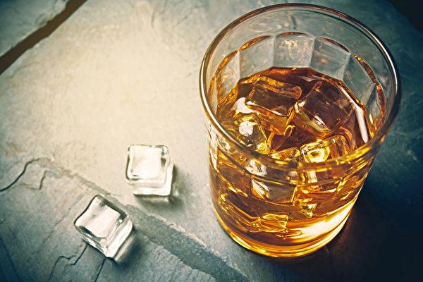 酗酒伤肾,会使忧郁症病情恶化。(Shutterstock)