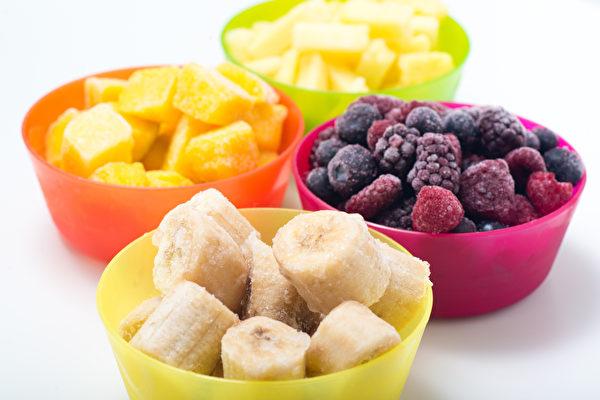 冷冻水果不但价格实惠,而且通常是产季时采收速冻,做的果昔更冰、更滑顺。(Shutterstock)