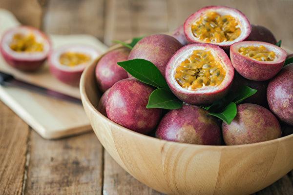 百香果與青木瓜一起吃,膳食纖維會加倍;與洋蔥涼拌還可減少洋蔥的辛辣感。(Shutterstock)