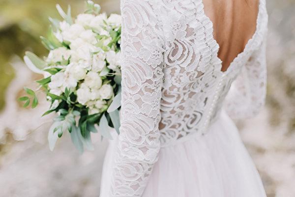 婚礼当天遇见车祸 美国女子穿婚纱救人