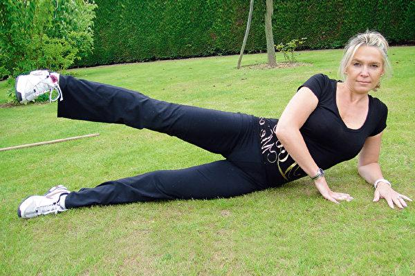 側躺抬腿運動每週練習2~3次,能瘦大腿、消除馬鞍肉。(采實文化提供)