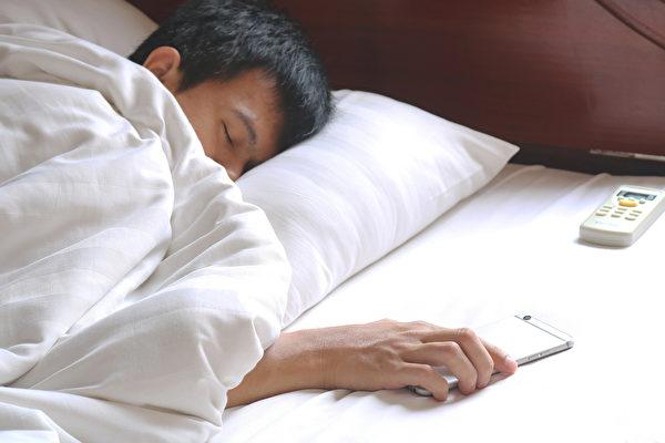 蓋被子吹冷氣,對身體好嗎?(Shutterstock)
