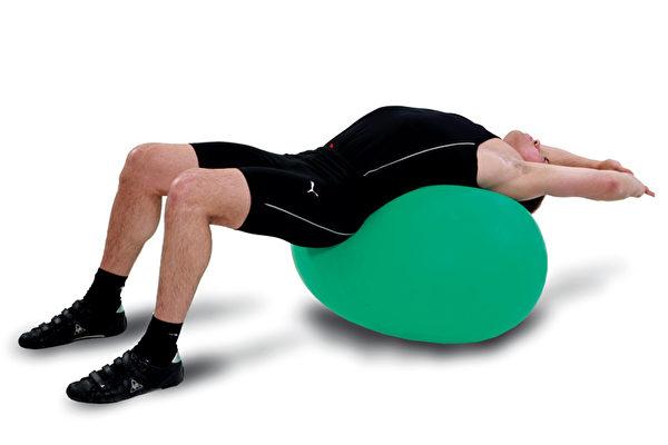 放松脊椎、改善下背痛的运动之一:背部、下背部和腹部的伸展练习。(方言文化提供)