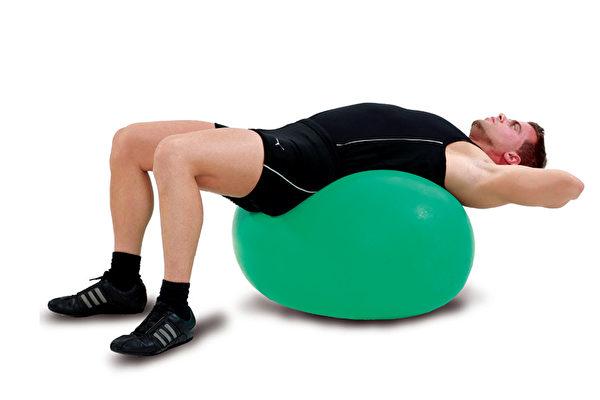 放松脊椎、改善下背痛的动作之二:手放颈背的变化式。(方言文化提供)