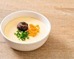 巴金森氏症患者可以在正餐中用蒸蛋藥膳等飲食來改善抖動症狀、延緩腦部退化。(Shutterstock)