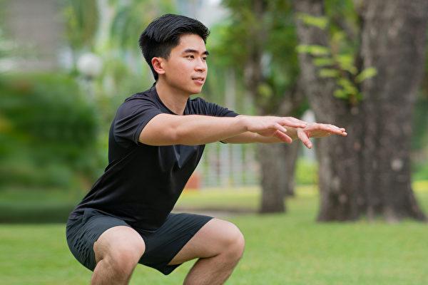 有效率的增肌運動,意味著一次可以鍛鍊到大量的肌肉,比如深蹲。(Shutterstock)