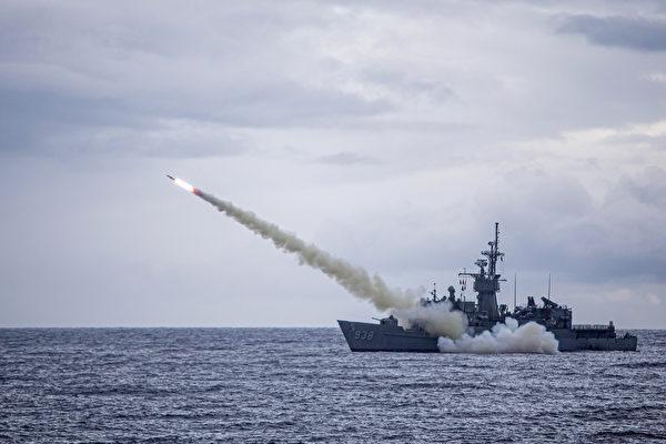 圖為2020年7月15日台灣的漢光軍演中,一軍艦從台灣附近海域發射了美國製造的魚叉導彈。(Handout/TAIWAN DEFENCE MINISTRY/AFP)