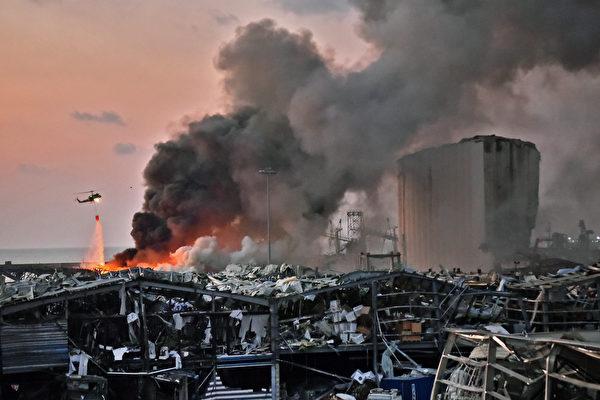 當局派出直升機在滅火。(Photo by STR/AFP)