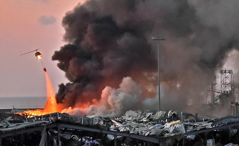 周二(8月4日),黎巴嫩首都貝魯特市中心附近港區發生大爆炸,造成至少78人死和近4000人受傷。爆炸後現場恍如煉獄一般,惡火、濃煙直竄,預估死傷還會再增加。(STR/AFP)