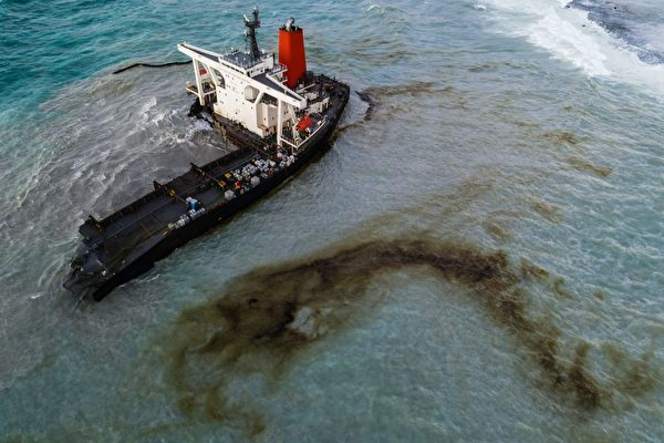 日本货轮毛里求斯触礁断两截 千吨燃油泄漏