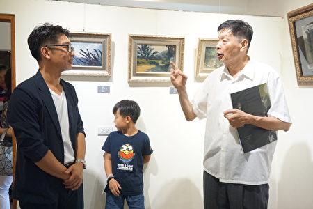 廖宜常(左一)和与会贵宾,陈诚老师(中)西螺国中校长许美珠(左二)世薪美术社 负责人陈建儒(右一)。