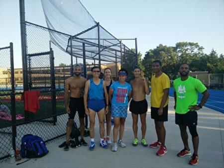 李元(左二)和年轻的马拉松和中长跑爱好者,在疫情期间坚持训练。