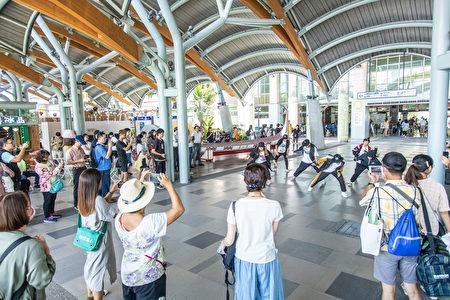 台東站前廣場的藝文表演。
