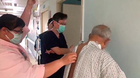 朴子醫院大腸直腸癌醫療團隊,為一位高齡97歲長輩(右1),進行大腸直腸癌治療手術成功,並細心照料幫助他快速康復的鏡頭。