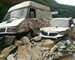 當地時間8月8日上午11時許,四川宜賓的南廣高架橋至姚家嘴中段發生山體塌方。3輛車被砸中,有人員受傷。(網絡圖片)