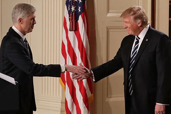 圖為2017年1月31日,特朗普宣佈戈薩奇(Neil Gorsuch)為大法官提名人,填補2016年2月去世的斯卡利亞(Antonin Scalia)大法官的空缺。(Chip Somodevilla/Getty Images)
