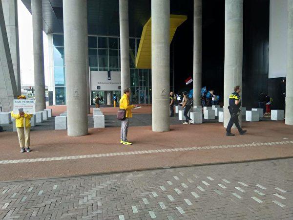 荷蘭法輪功學員守在外交部大門口,靜靜地向來往的人們發真相傳單。(張華/大紀元)