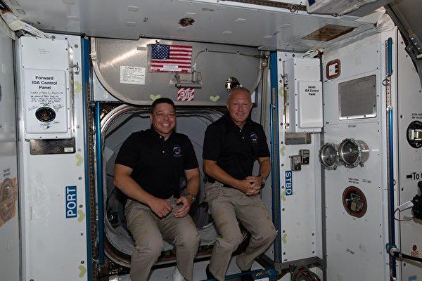 2020年8月1日,NASA太空人班肯和赫利被帶回地球時,二人在關閉SpaceX的龍飛船(Crew Dragon)航天飛機艙口之前,告別國際空間站的機組人員。(NASA)