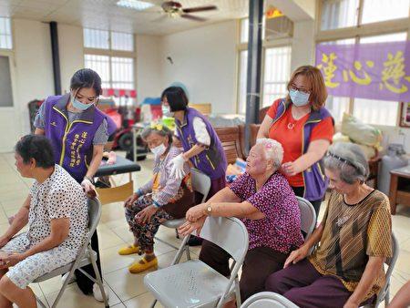 嘉义县东石乡鳌鼓巷弄长照站,于日前特别邀请莲心经络慈善义整队到场,为长辈舒压肌肉疲劳。