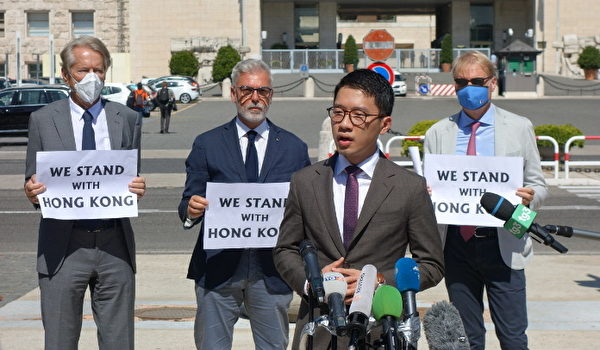 2020年8月25日,香港活動人士羅冠聰在外交部大樓外舉行新聞發佈會,抗議王毅之行。(Marco D'Ippolito/大紀元)