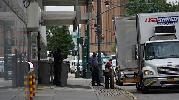 8月6日中午,紐約中領館門前,停有兩輛「USA SHRED」公司的碎紙卡車,門口放有數桶裝滿文件的大型塑料桶。(宋昇樺/大紀元)
