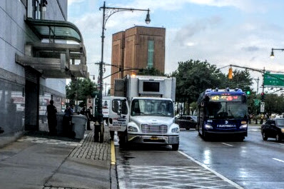 圖為8月7日上午約10點,紐約中領館門口放有數桶裝滿文件的大型塑料桶,門口也停著一輛「USA SHRED」公司的碎紙卡車,由該公司人員替領館絞碎文件。(讀者提供)