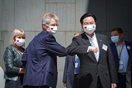 捷克參議院議長維特齊(前左)8月31日下午參訪政大,並在創新育成中心發表演說,外交部長吳釗燮(前右)到場迎接,雙方以手肘互碰打招呼。(中央社)