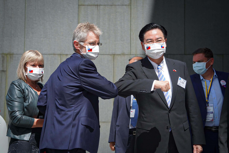 王毅前腳剛走 法國撐捷克:不接受中共威脅
