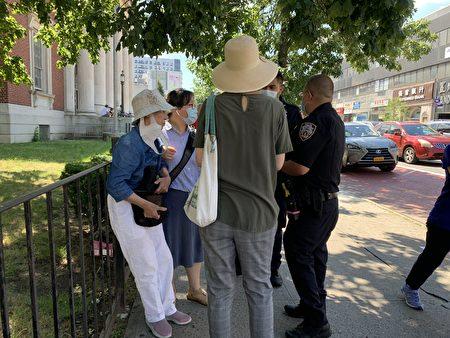 退党义工窦素华(左一)受轻伤,图为警察在接报后到现场调查。