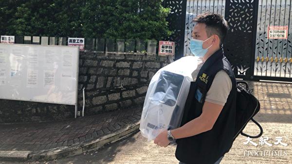 8月10日早上,黎智英父子及壹傳媒高層等7人被捕。圖為警方帶走部分電腦。(梁珍/大紀元)