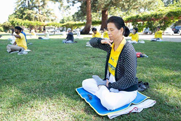 8月1日,法輪功學員在帕洛阿圖市米切爾公園(Mitchel Park)煉功。(周容/大紀元)
