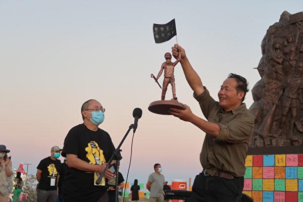 雕塑家陳維明(右)獲洛杉磯香港論壇致贈紀念品。(徐綉惠/大紀元)