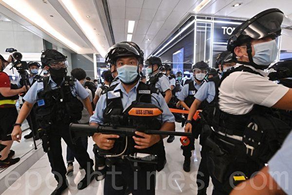 警方进入沙田新城市广场搜查市民