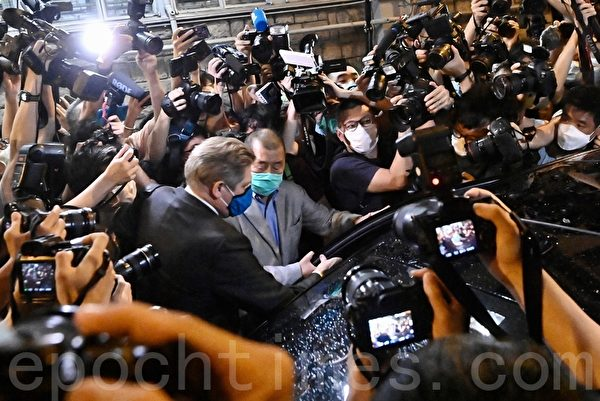 黎智英以30萬元現金獲保釋 12日凌晨出警署