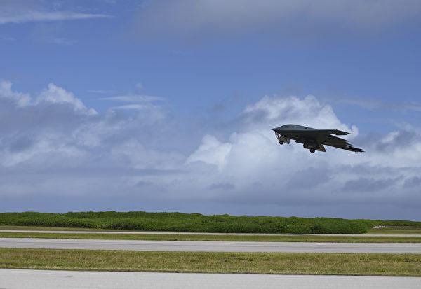 目前部署於印度洋迪亞哥加西亞島(Diego Garcia)英美聯合軍事基地的B-2隱形轟炸機在飛行,參加轟炸機特遣任務。 (U.S. Air Force photo by Tech. Sgt. Heather Salazar)